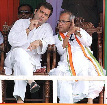 Rahul Gandhi speaks with Union Finance Minister Pranab Mukherjee during a public rally in Kolkata