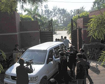 Mediapersons out Radia's Chhatarpur farmhouse in Delhi