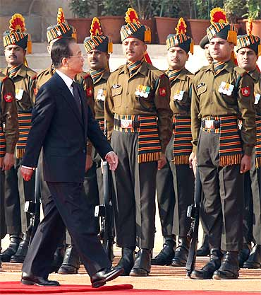Chinese Premier Wen Jiabao inspects an honour guard during his ceremonial reception