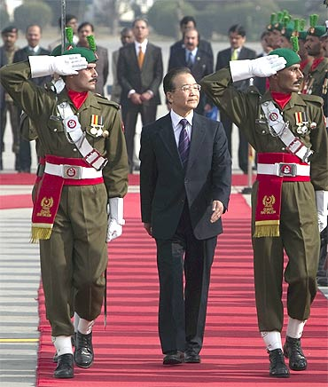 Wen Jiabao reviews a guard of honour during an official welcoming ceremony in Islamabad