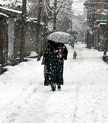 Season's first snowfall brings cheer to Kashmir