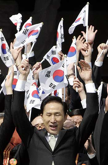 Lee Myung-bak gives three cheers at the ceremony marking the anniversary of the March 1 independence movement against Japanese colonial rule in 1919