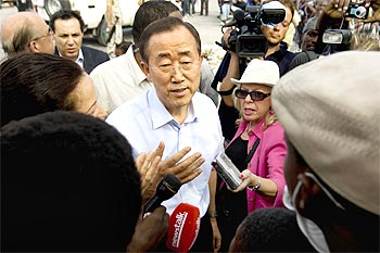 Secretary-General Ban Ki-moon speaks with Haitians in front of the damaged Haitian national palace in Port-au-Prince.