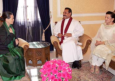 Congress president Sonia Gandhi with Sri Lankan President Mahinda Rajapakse and his wife Shiranthi