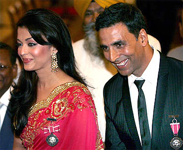 Bollywood stars Aishwarya Rai and Akshay Kumar at the awards ceremony in 2009