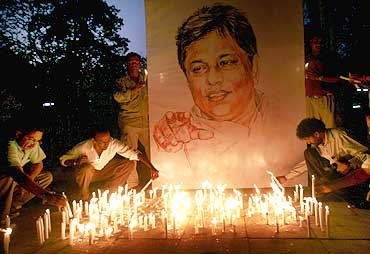 People pay tribute to slain Sri Lankan newspaper editor Lasantha Wickramatunga