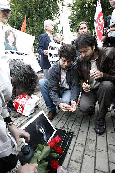 People pay tribute to slain Russian human rights activist Natalya Estemirova in Moscow