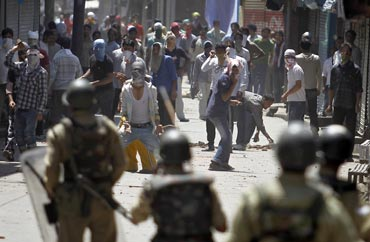 Kashmiri protestors clash with security personnel in Srinagar on July 1