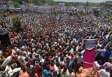 A large number of people came to hear Jagan at Ichapuram