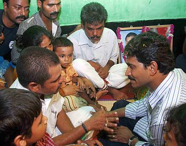 Jagam meets a family mourning his father Rajasekhara Reddy