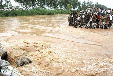 Soldiers repair the Satluj Yamuna Link canal after it was damaged by heavy rains