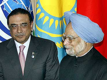 Pakistan President Asif Ali Zardari with Prime Minister Manmohan Singh at the Shanghai Cooperation Organisation summit