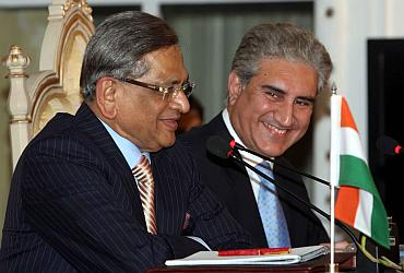 SM Krishna makes point, as Qureshi looks on, at the joint press conference