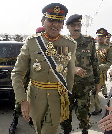 Kayani arrives to listen to Zardari's first address to a joint sitting of the parliament in Islamabad September 20, 2008