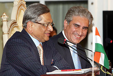 Indian External Affairs Minister Krishna shares a light moment with his Pak counterpart  Qureshi