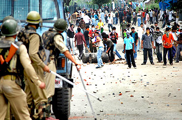 Protestors pelt stones at security forces in Srinagar