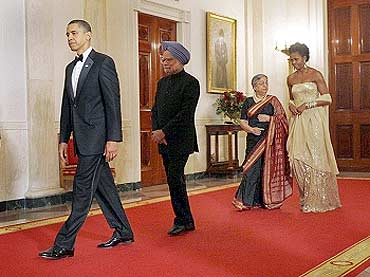 Obama with Dr Manmohan Singh, Michelle Obama and Gursharan Kaur at the state dinner, November 2009