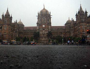 Heavy rains lash Mumbai