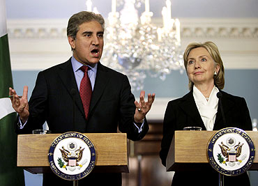 US Secy of State Hillary Clinton with Pak Fgn Minister Mehmood Qureshi