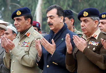 Pak PM Yousaf Gilani with Army chief Ashfaq Kiyani in Rawalpindi