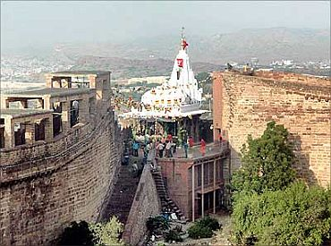 Chamunda Devi temple (2008): 200 killed