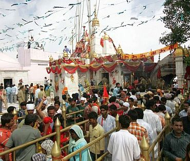Naina Devi temple (2008): 160 killed