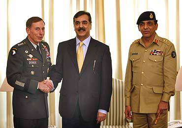 Pak Prime Minister Yousuf Raza Gilani with US General David Petraeus and General Ashfaq Kayani