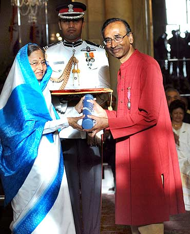 President Pratibha Patil presenting Padma Vibhushan Award to Dr Venkatraman Ramakrishnan at Rashtrapati Bhavan, in New Delhi on Wednesday