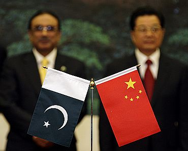 Chinese President Hu Jintao and his Pakistani counterpart Zardari during a meeting in Beijing