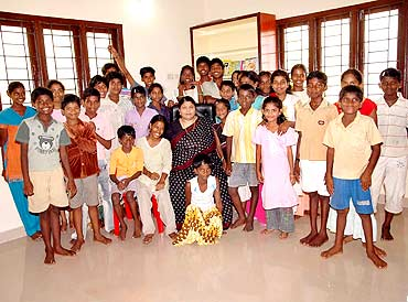 Dr Manorama with the chirldren at Ananda Illam