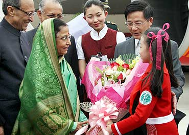 President Pratibha Patil is welcomed by children at Beijing Airport