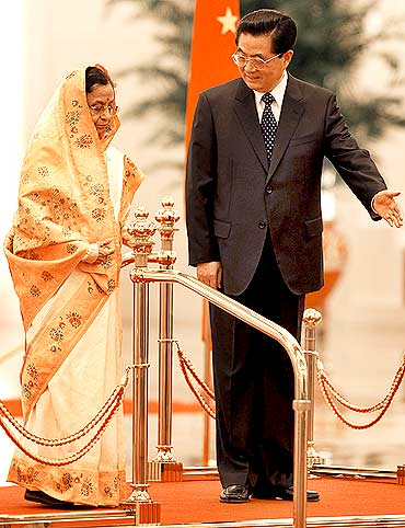 China's President Hu Jintao shows the way to India's President Pratibha Patil