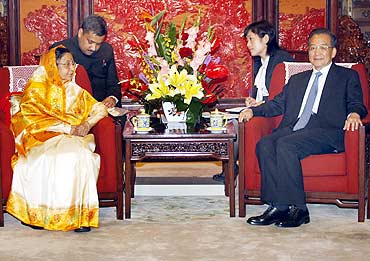 President Pratibha Patil talks with China's Premier Wen Jiabao during a meeting at Zhongnanhai in Beijing