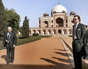 US Defense Secretary Robert Gates, left, at Humayun's Tomb, February 26, 2008
