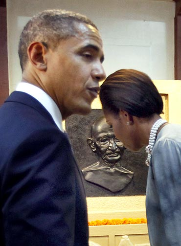 Obama and Michelle tour the Mani Bhavan Gandhi Museum