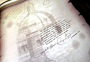 US President Barack Obama's handwritten note is seen after signing a book during his visit to the 26/11 memorial at the Taj Mahal Hotel