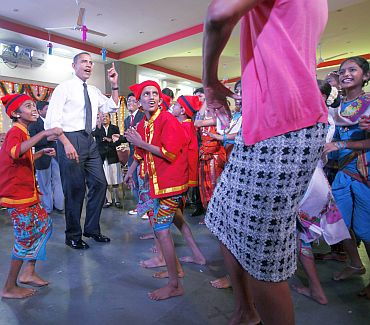 Obamas do the Koli dance