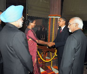 Lok Sabha Speaker Meira Kumar greets Obama as vice president Hamid Ansari and Dr Singh watch on