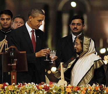 President Obama raises a toast as Indian President Pratibha Patil looks on
