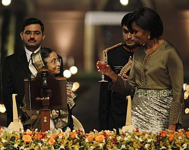 US first lady Obama toasts with India's President President Patil during a state dinner at Rashtrapati Bhavan in New Delhi