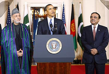 President Obama speaks to the media with Afghan President Hamid Karzai (L) and President Asif Ali Zardari (R) in White House