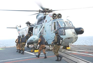MARCOS embarking the Sea King onboard INS Delhi