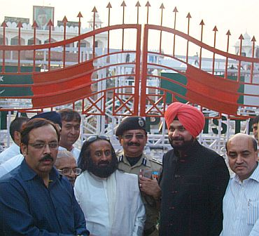 Sri Sri with cricketer-turned-MP Navjot Singh Siddhu at the Wagah border post