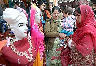 Shoppers throng Srinagar markets ahead of Eid