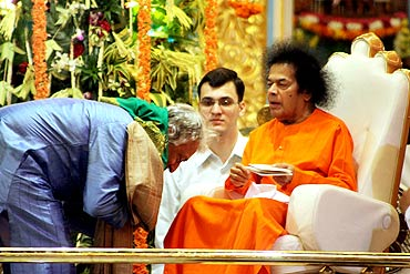 Amjad Ali Khan receives blessings from Satya Sai Baba