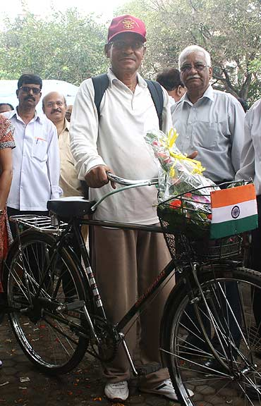 K Unnikrishnan with the cycle on which he travelled from Delhi to Mumbai