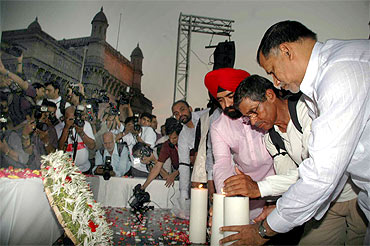 K Unnikrishnan and Mumbai Congress president Kripashankar Singh light candles in memory of the martyrs at Gateway of India