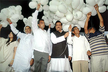 Kripashankar Singh, Congress MP Milind Deora, Maharashtra CM Prithiviraj Chavan and K Unnikrishnan release balloons as a mark of respect to martyrs