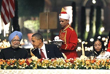 US President Barack Obama flanked by President Pratibha Patil and Prime Minister Manmohan Singh at the State dinner at Rashtrapati Bhavan on November 8, 2010