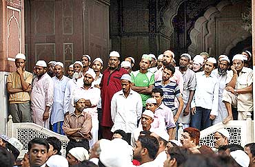 Muslims listen to a Jama Masjid cleric after the Ayodhya verdict in Delhi